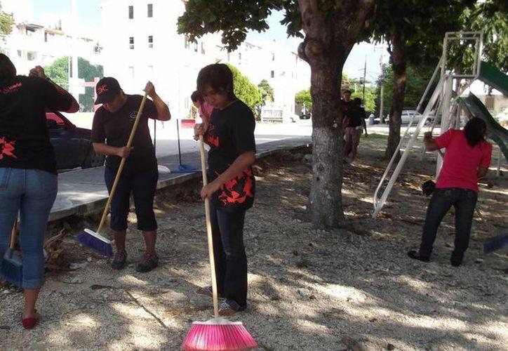 Concientizan a los jóvenes sobre limpieza de espacios públicos. (Tomas Álvarez/SIPSE)