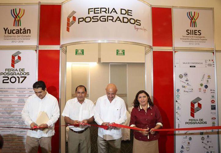 Yucatán concentra el 46.3 por ciento de las becas que se otorgan en los cinco estados de la región, dio a conocer Raúl Godoy Montañez (segundo desde la izquierda), secretario de Investigación, Innovación y Educación Superior, en la inauguración de la Feria de Posgrados 2017. (Fotos cortesía del Gobierno)
