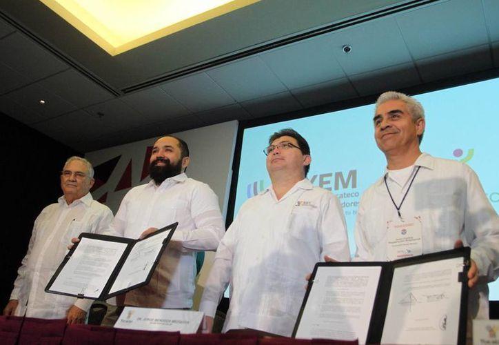 El titular de la SSY), Jorge Mendoza (segundo desde la derecha) signó un convenio con el presidente de Promotora Social México, Juan Carlos Domenzain (i). (Milenio Novedades)
