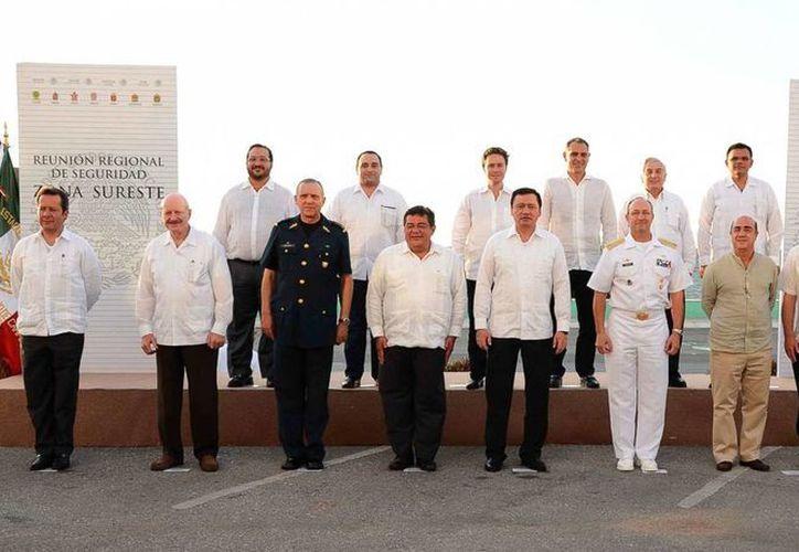 Ayer Rolando Zapata, autoridades federales y gobernadores de la región sureste participaron en la Reunión Regional de Seguridad, realizada en Campeche. (Cortesía)