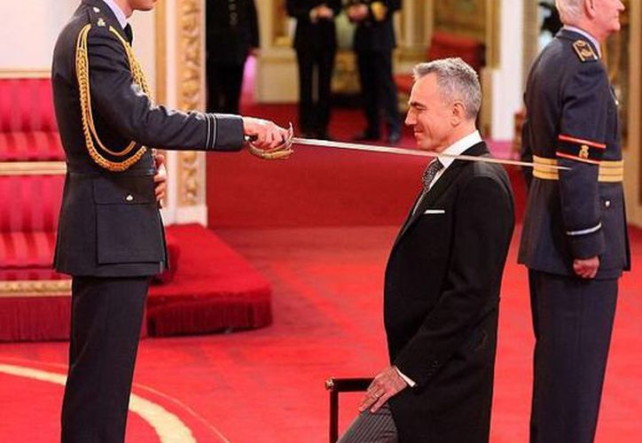 El actor Daniel Day-Lewis debía haber sido condecorado como caballero por la Reina Isabel, pero quien lo hizo fue el príncipe Guillermo. (dailymail.co.uk)