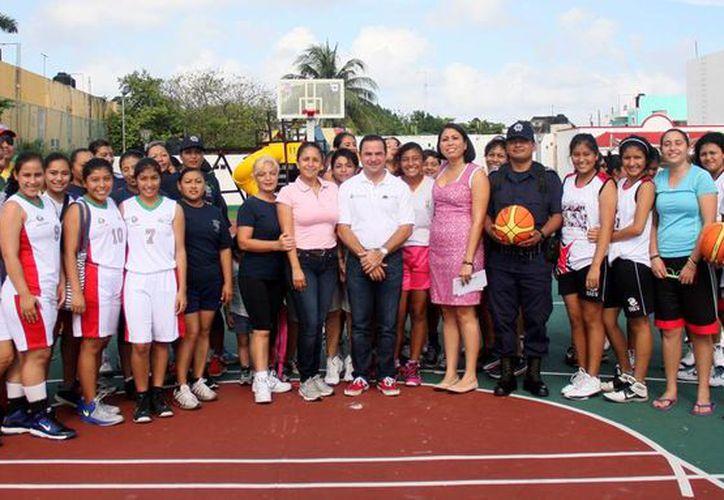 La primera regidora inauguró el encuentro deportivo. (Cortesía/SIPSE)