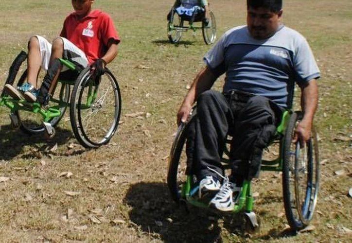 La asociación VIM enseña el uso de la silla de ruedas en diferentes espacios. (Ángel Castilla/SIPSE)