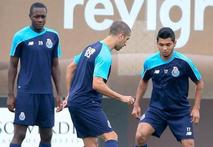 El mexicano Jesús 'Tecatito' Corona (d), quien esta semana fue contratado por el Porto, debutó con  una anotación en la victoria de su nuevo club por marcador de 3-1. (Twitter: FCPorto)