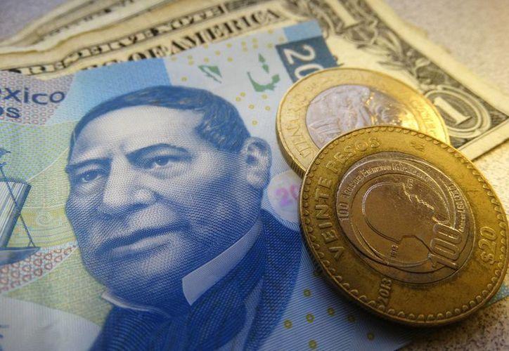 En operaciones internacionales durante la madrugada, el peso llegó a caer hasta los 21.11 pesos por dólar. (Archivo/SIPSE.com)