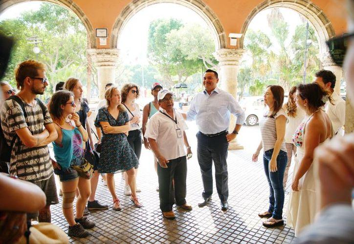 El alcalde Renán Barrera invitó a los visitantes a disfrutar los atractivos de la ciudad. (Novedades Yucatán)