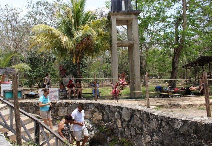El turismo extranjero que visita Cobá lo hace en tour y pocos bajan hasta los cenotes, porque estos no están a orilla de carretera.  (Sara Cauich/SIPSE)