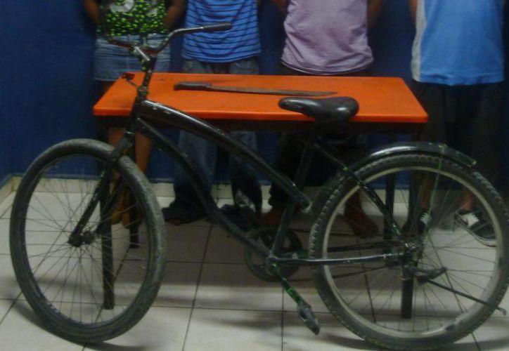 Cuatro personas, entre ellas una menor de edad, fueron detenidas por el robo de una bicicleta. (Redacción/SIPSE)