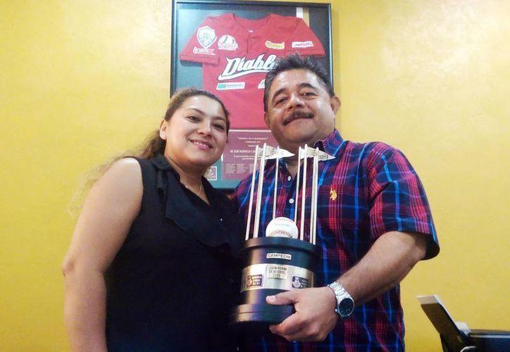 """""""Mi proyecto es sacar y hacer equipos de todo lo que sale de la Liga Yucatán para que jueguen como las primeras fuerzas"""", dijo José Rodrigo, quien está acompañado de su esposa Cristal López en la foto. (Milenio Novedades)"""