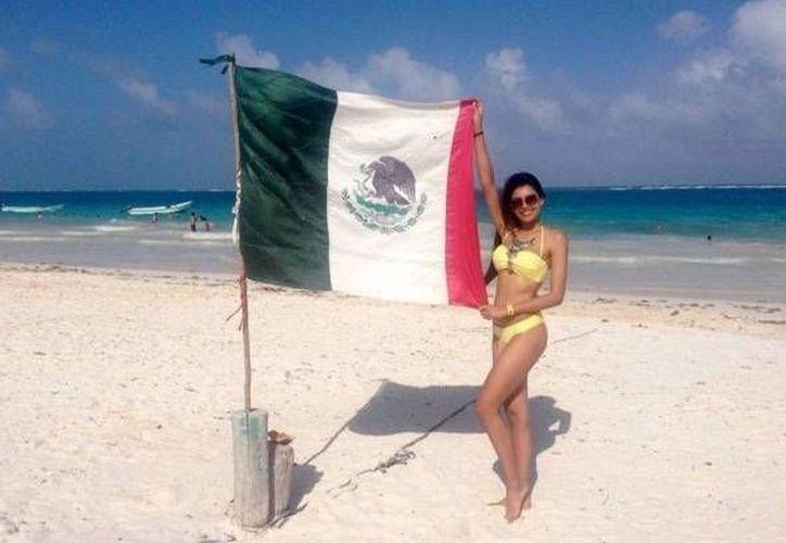 La modelo lució su escultural figura posando junto a la bandera de México en las playas de Tulum. (Kristal Silva/Instagram)