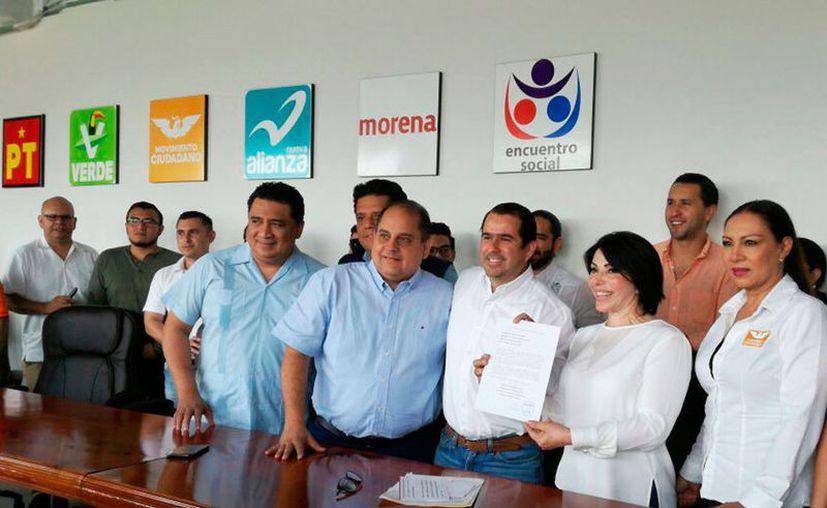 Gabriela López Pallares estuvo acompañada por los representantes estatales de los partidos de la coalición. (Claudia Olavarría/SIPSE)