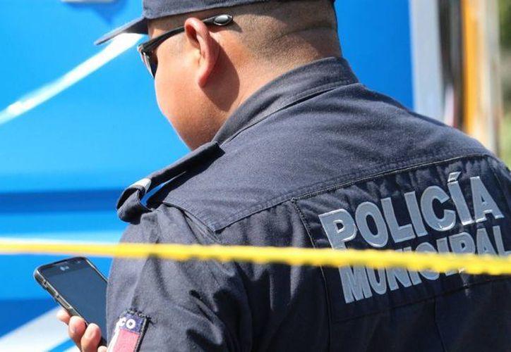 La policía ayudó al hombre y llamó  a los paramédicos para que lo ayudaran. (Contexto/SIPSE)