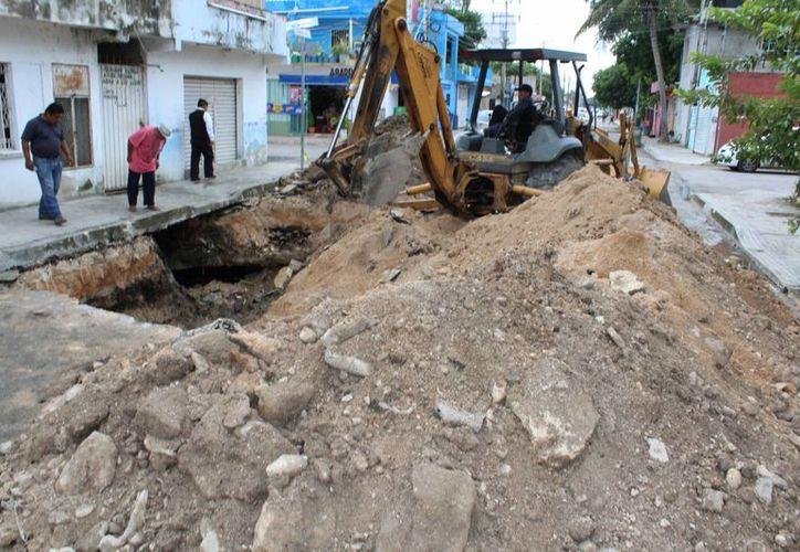 Autoridades trabajan en la zona donde apareció un socavón, en la colonia Colosio de Playa del Carmen. (Octavio Martínez/SIPSE)