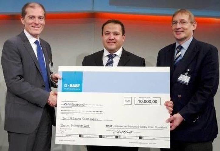 Mayolo López Castellanos (c) con dos funcionarios al momento de recibir su premio. En segundo y tercer lugar quedaron dos alemanes. (webpicking.com)