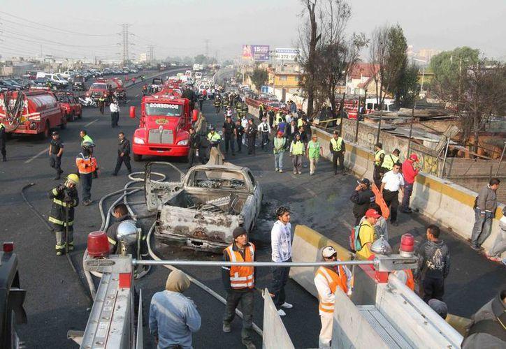 Autoridades reabrieron los carriles de la autopista con dirección a Pachuca y en el lugar todavía laboran cuerpos de seguridad y rescate. (Notimex)