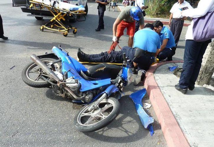 Un policía de tránsito fue atropellado por un taxista que no respetó un alto en la colonia Centro. (Redacción/SIPSE)