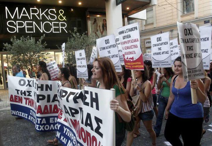 Manifestación de los miembros y afiliados al partido comunista PAME en contra de la apertura de los establecimientos comerciales los domingos. (Archivo/EFE)