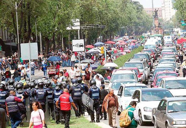 El Gobierno atacó mal la protesta que derivó en violencia de la CNTE, en Nochixtlán, asegura un ex comisario de la Policía Federal. La imagen, de una protesta de maestros, está utilizada solo con fines ilustrativos. (excelsior.com.mx)