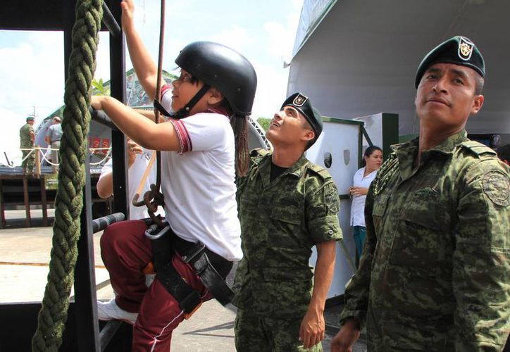 Los pequeños no perdieron la oportunidad de practicar algunos ejercicios militares. (Milenio Novedades)