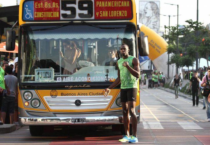 El jamaiquino Usain Bolt venció facilmente a un metrobús en una carrera de 80 metros realizada en la avenida 9 de Julio de la capital de Argentina. (EFE)