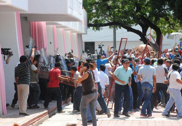 Los maestros durante el enfrentamiento con policías. (Eric Galindo/SIPSE)