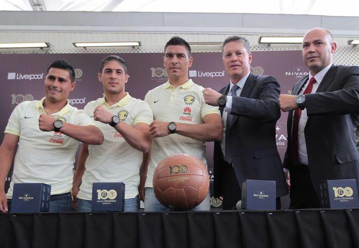 El director deportivo del América, Ricardo Peláez (segundo desde la derecha), encabezó la presentación del Reloj conmemorativo del centenario del Club América. (Notimex)