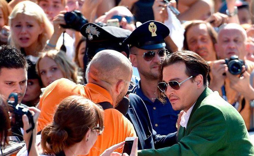 El actor Johnny Depp cautivó en su presentación de la película 'Black Mass', en el Festival de Cine de Venecia. (Efe)