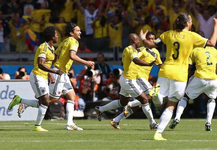 Los jugadores de Colombia celebran el gol marcado por Pablo Armero en el partido contra Grecia. (EFE)