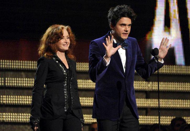 Bonnie Raitt y John Mayer durante su participación como presentadores en la ceremonia de entrega de los Grammy. (Agencias)