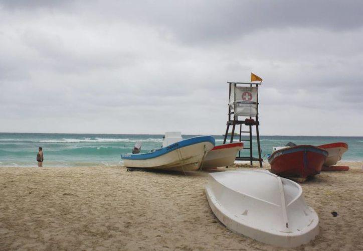 Frente frío provocó fuertes vientos en el litoral de Playa del Carmen. (Alida Martínez/SIPSE)