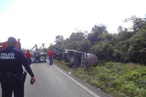 Vuelca tráiler con diesel en carretera a Chetumal