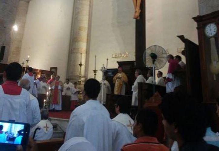 Imagen de la misa de celebración de los 32 años de ordenación episcopal del monseñor Emilio Carlos Berlie Belaunzarán en la Catedral de Mérida. (Cecilia Ricárdez/SIPSE)