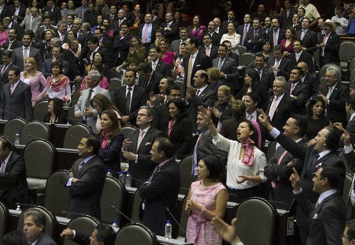A favor de la miscelánea fiscal para 2014 votó el PRI, la mayoría del PRD, el Partido Verde y Nueva Alianza. (Notimex)