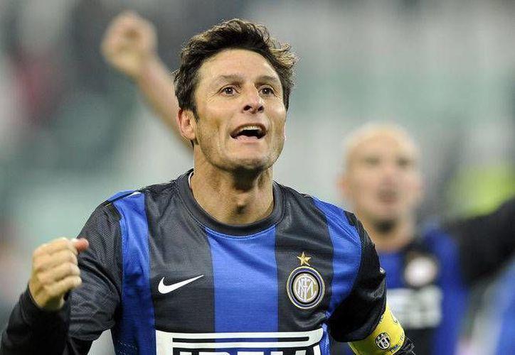 Javier Zanetti, capitán por más de una década con Inter de Milán, se retiró el año pasado, pero ahora le realizaron un homenaje que incluyó el retiro de su camiseta 4. (forzaitalianfootball.com)