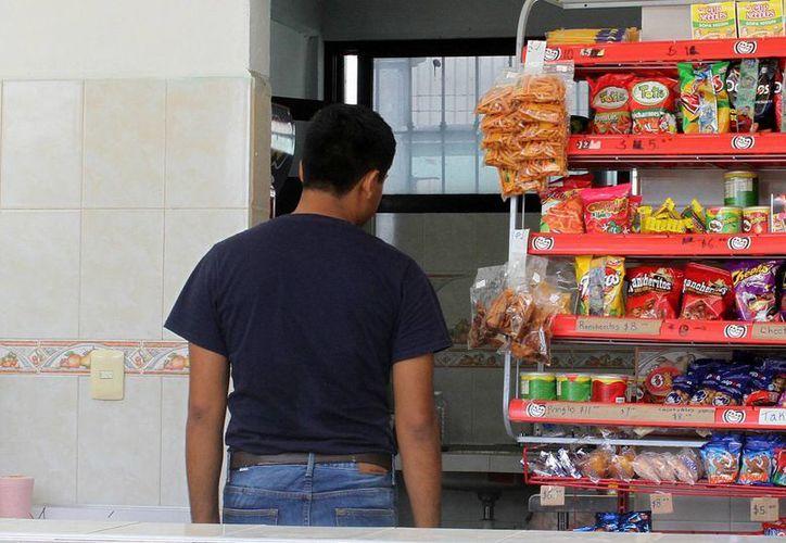 Continúa la venta de comida chatarra en escuelas. (Francisco Gálvez/SIPSE)