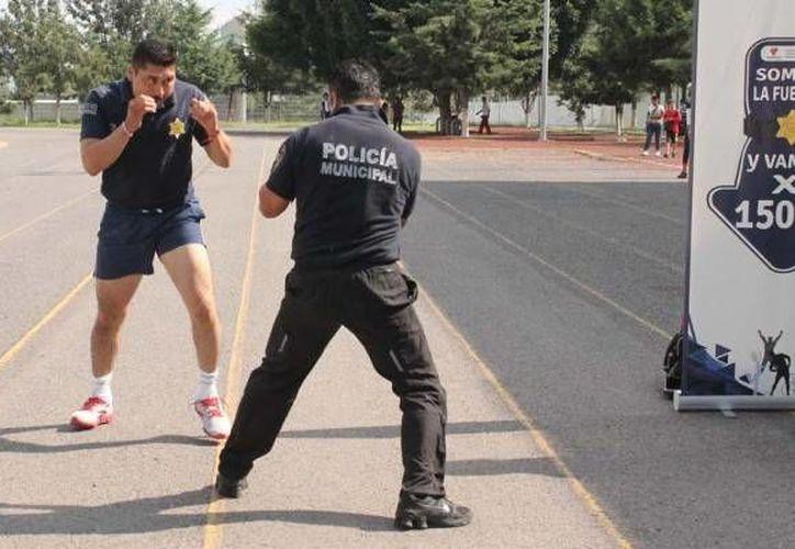 Policías municipales de Querétaro durante una sesión de activación física. (reqronexión.com)