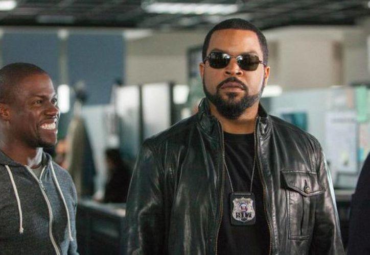 Por el momento, 'Ride Along 2', filme protagonizado por el rapero Ice Cube (d) y por Kevin Hat, ocupa el primer lugar en la taquilla de EU y Canadá, con lo que desplaza a 'Star Wars 7'. Muy cerca está 'The Revenant'. (moviefone.com)