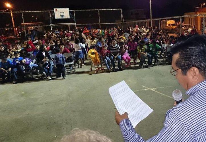El comisario de Chichí Suárez, Isaías Arellano Jiménez, durante su informe ciudadano la noche del domingo. (SIPSE)