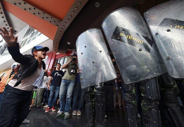 Una manifestante grita consignas a los soldados afuera de un edificio en Bangkok, Tailandia. (Foto: AP)