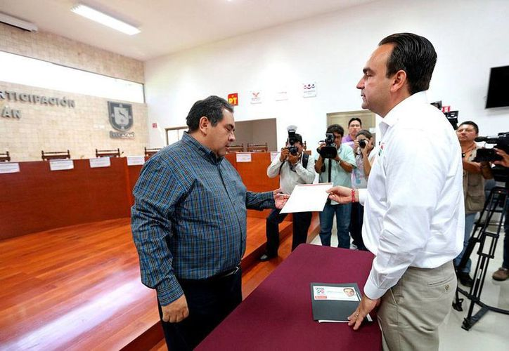 Nerio Torres (der.) entregó a Hidalgo Victoria Aguilar, del Iepac, una solicitud para organizar un debate con los demás candidatos a la Alcaldía de Mérida. (Cortesía)