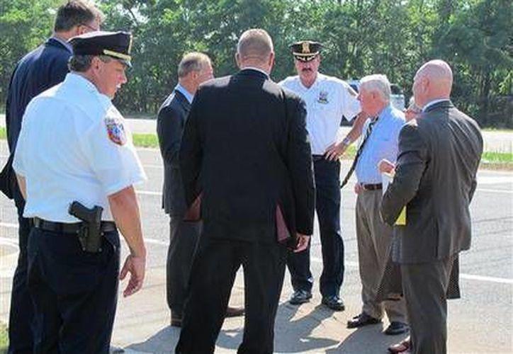 El fiscal del condado de Suffolk, Thomas Spota, y sus investigadores se presentaron este lunes en la intersección de Cutchogue donde ocurrió el trágico accidente.  (Fotografía/ AP)
