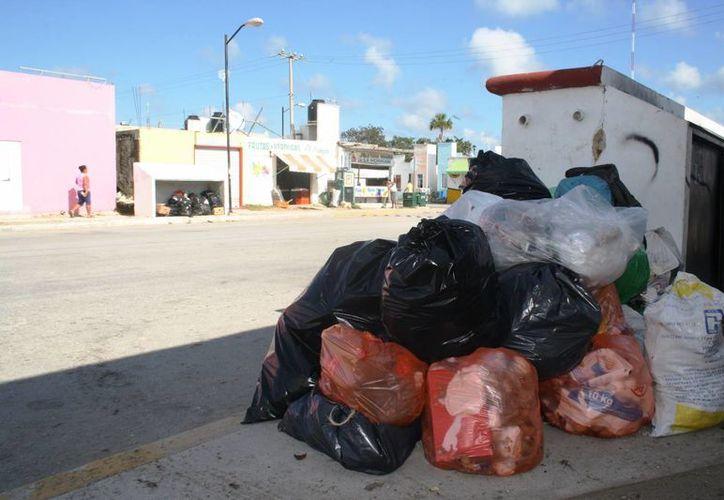 Las calles de Puerto Aventuras lucen con basura acumulada. (Octavio Martínez/SIPSE)