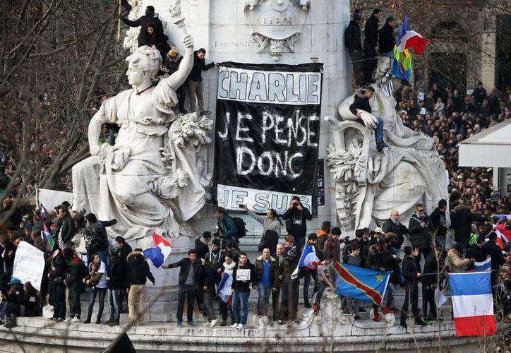 La emblemática Plaza de la República es el epicentro de la histórica manifestación contra el terrorismo en Francia. (EFE)