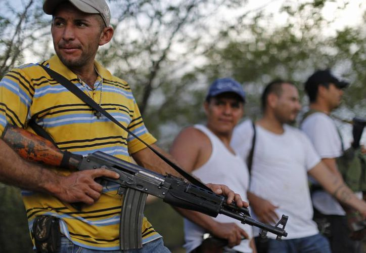 En algunos lugares, las autodefensas han asumido el control total de la seguridad. (Archivo/Agencias)