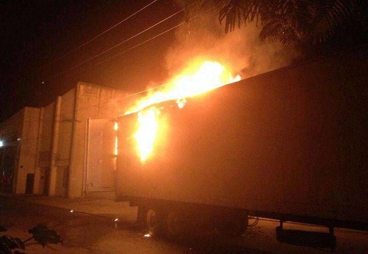 Un cable de luz que se desprendió e impactó la caja de la unidad, ocasionó el incendio. (Redacción/SIPSE)