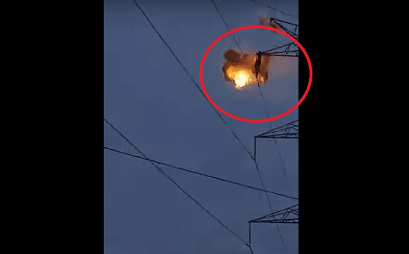 Momento en el que un joven muere electrocutado en una torre eléctrica