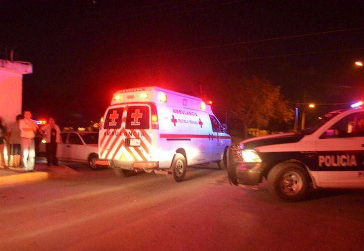 El lesionado fue trasladado al hospital por una ambulancia. (Redacción/SIPSE)
