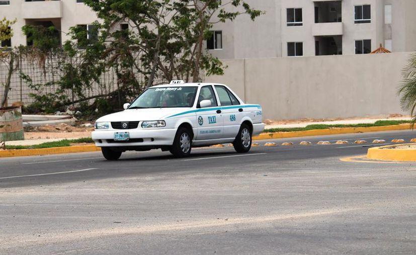 Los taxistas rompieron los cristales de un vehículo en un hotel de Playa del Carmen. (Foto: Octavio Martínez)