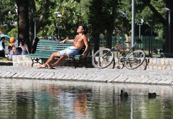 Los argentinos sufren el verano por partida doble: altas temperaturas y falta de energía eléctrica. (EFE)