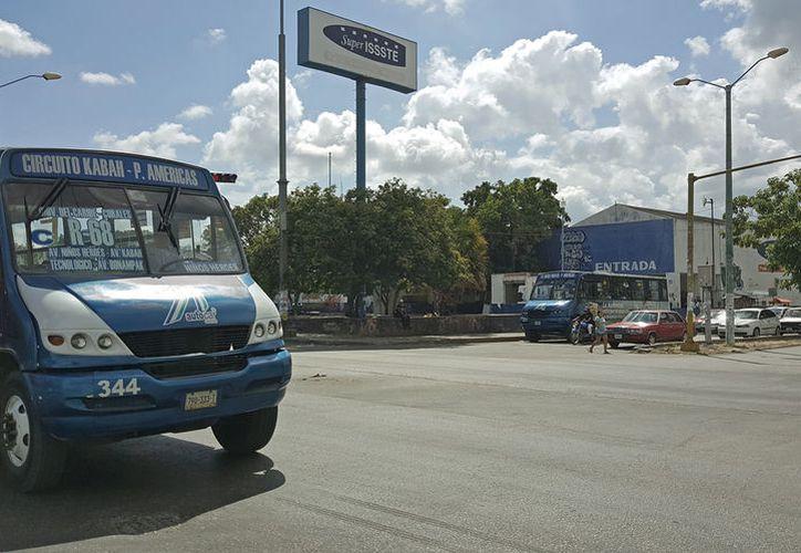 La vuelta a la izquierda ayudará a que el tránsito sea más fluido sobre la avenida Kabah. (Foto: Jesús Tijerina/SIPSE)